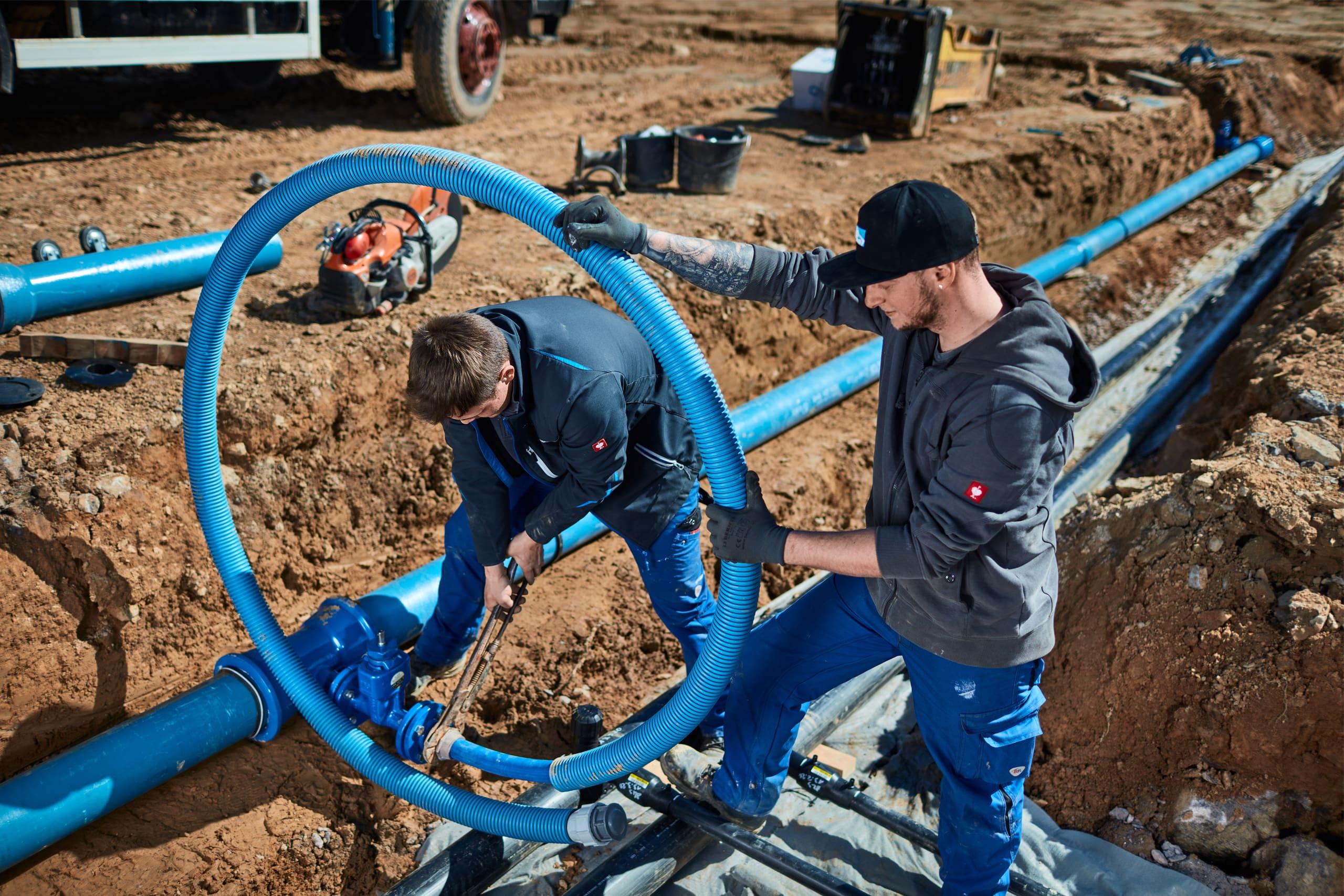 Mitarbeiter von Boll Rohrleitungsbau bei der Montage von Druckrohrleitungen auf einer Baustelle